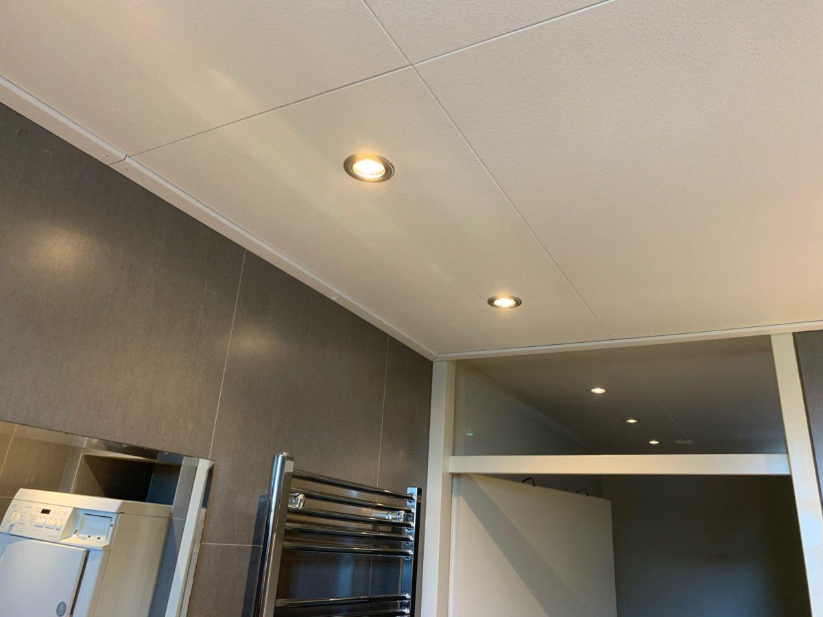 Dit badkamer plafond was na 17 jaar wel aan vervanging toe. Een mooi nieuw vochtwerend plafond gemonteerd met inbouwspots.