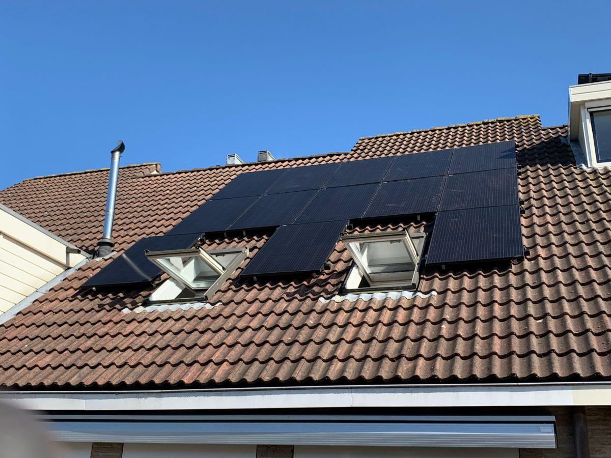 Deze woning voorzien van 13 duurzame zonnepanelen Black uitvoering.