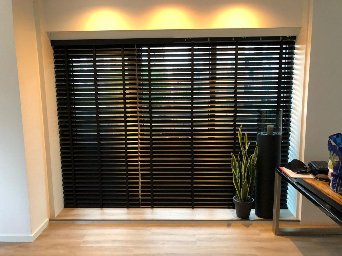 Het gehele appartement voorzien van luxe houten jaloezieën. Om het geheel af te maken hebben wij het gehele appartement voorzien van moderne dimbare spots welke voor een prachtige 'warme' sfeer zorgen.