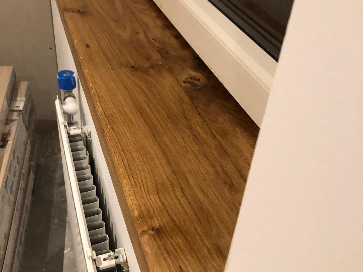 De vensterbanken en trapleuning zijn op maat gemaakt met eikenhout van 80 jaar oud!